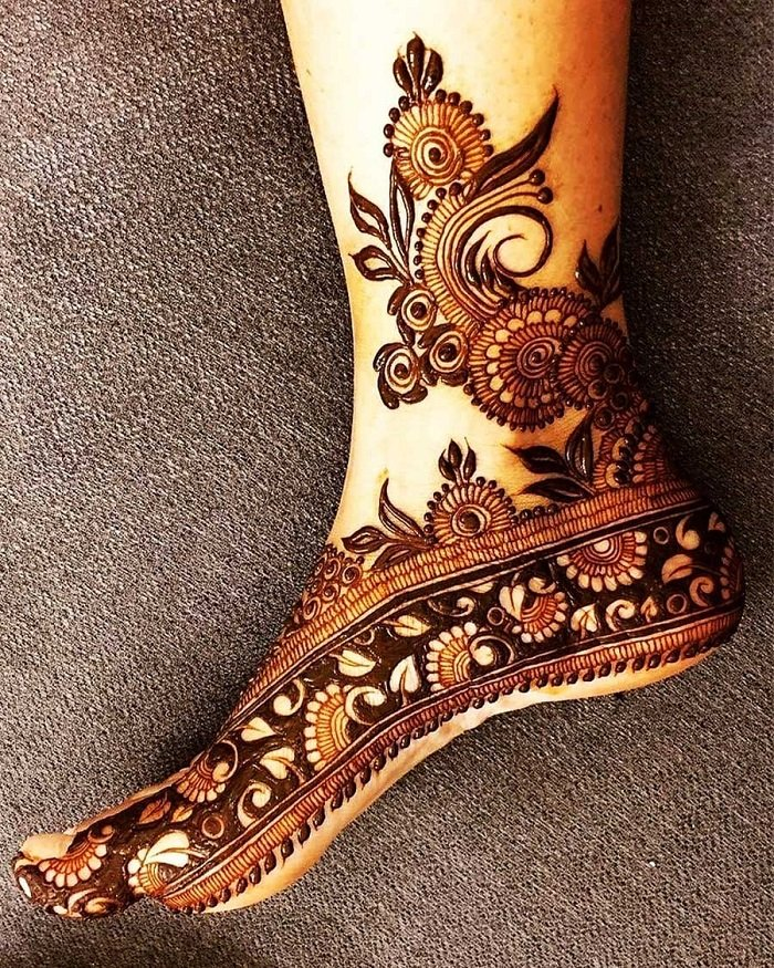 carved leaves in dark filled lace pattern mehndi for the foot