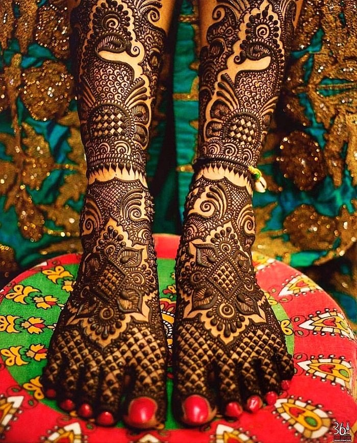 Square shaped floral mehndi in the center